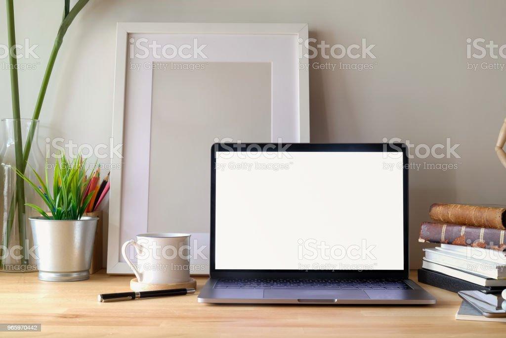 Zeitgenössische Arbeitsbereich Schreibtisch mit Mock-up Laptop und Poster an der Rezeption. - Lizenzfrei Alt Stock-Foto