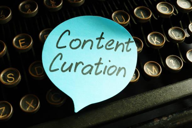 innehåll curation strategi handskriven inskription på skrivmaskinen. - creative curation bildbanksfoton och bilder
