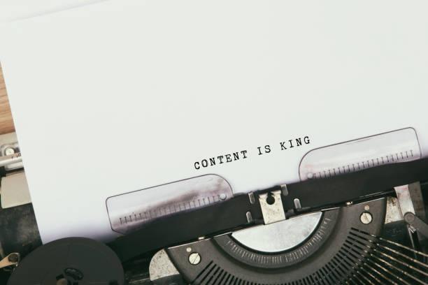 inhalt ist mit king-size-bett - könig stock-fotos und bilder
