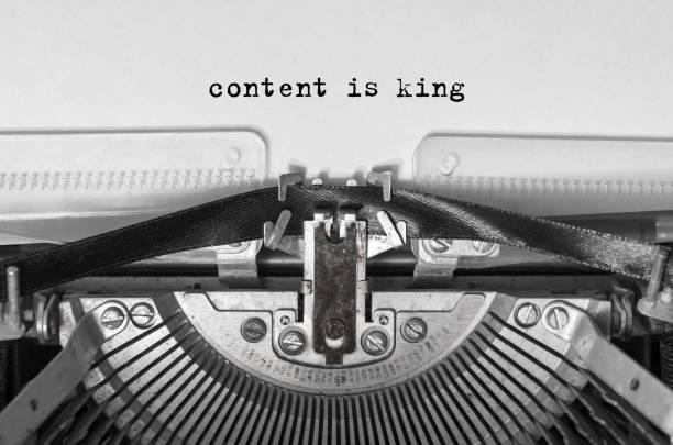 inhalt ist könig tippte wörter auf einer vintage-typpemaschine. - männer zitate stock-fotos und bilder