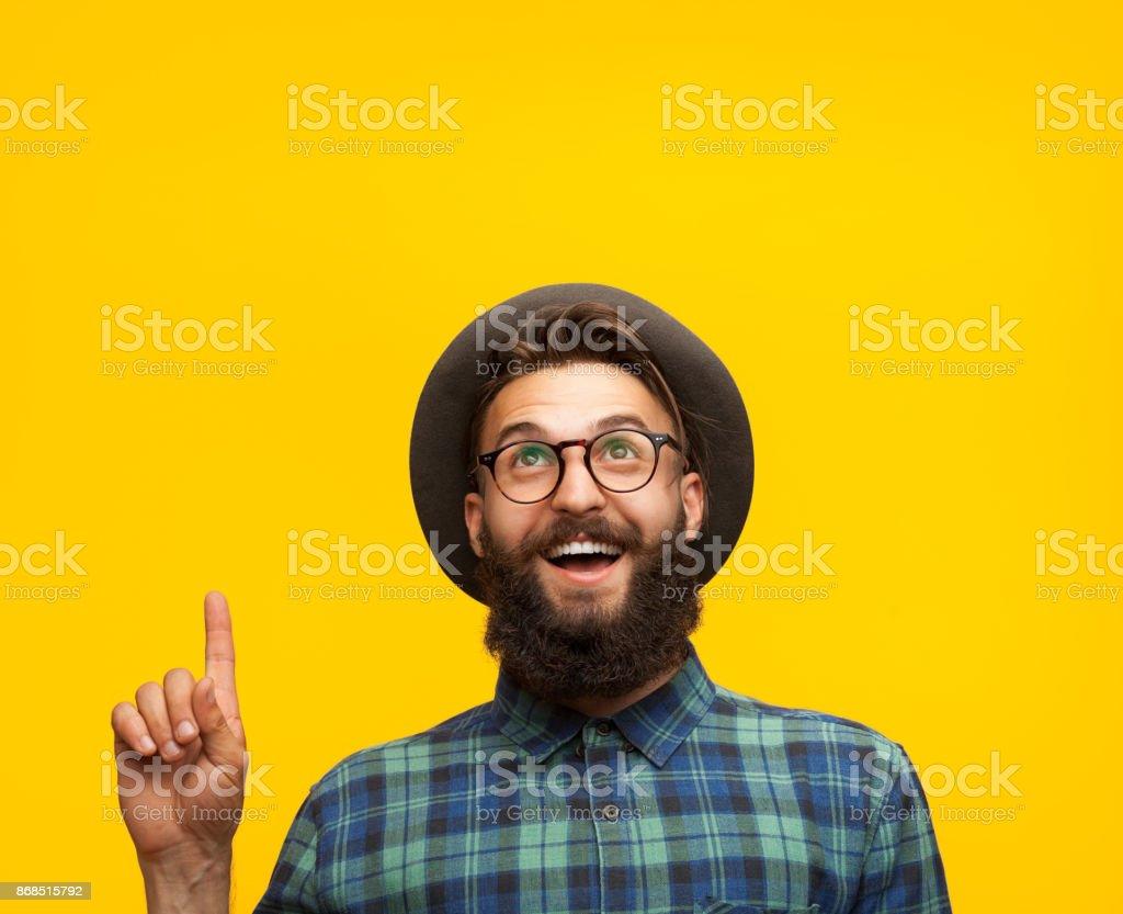 Homme contenu pointe vers le haut sur orange photo libre de droits