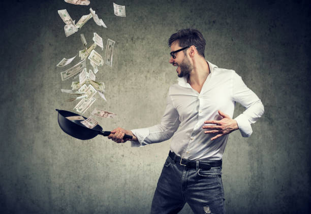 Mann mit Pfanne voller Dollarnoten Inhalt – Foto