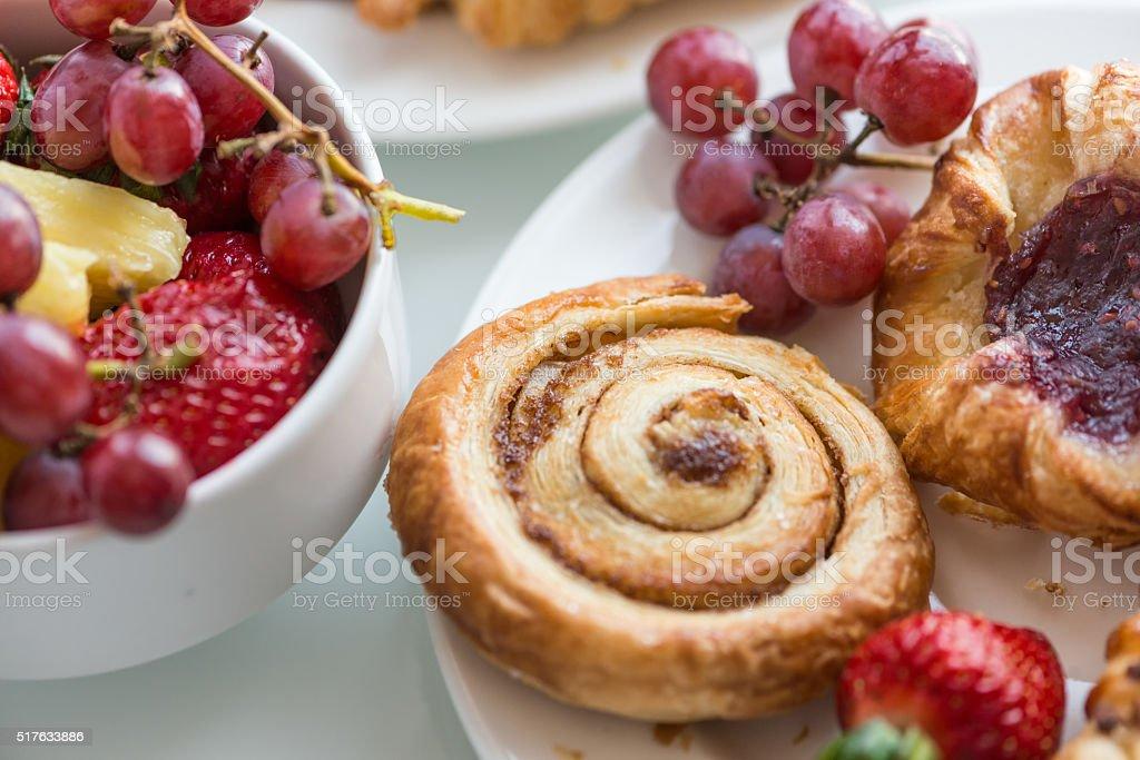 Kontinentales Frühstücksbuffet, das frisches Obst, Zimt Brötchen und dänischem Gebäck – Foto