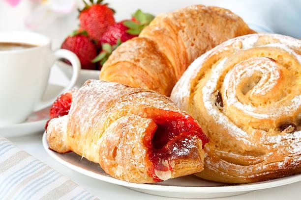 continental breakfast - deeggerechten stockfoto's en -beelden