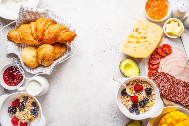 kontinentaler frühstückstisch mit croissants, marmelade, schinken, käse, butter, granola und obst, kopierplatz. - brunch stock-fotos und bilder