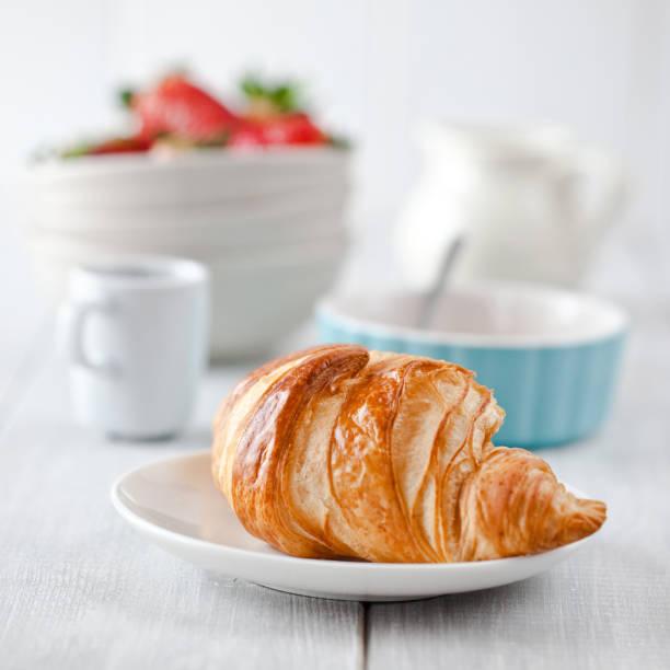 Prima colazione continentale, con caffè e croissant - foto stock