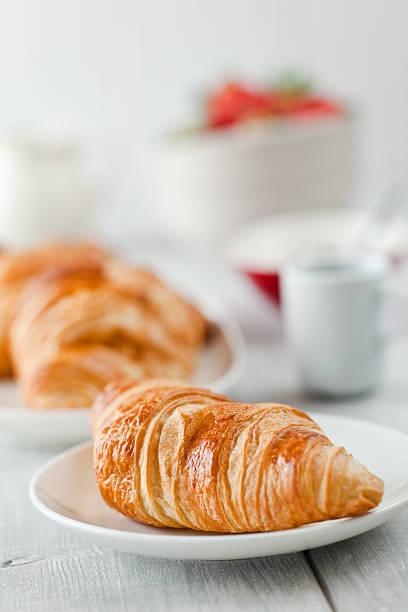 Kontinentales Frühstück mit Kaffee und croissant – Foto