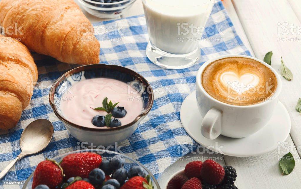 歐式早餐與牛角麵包和漿果在格子 c - 免版稅乳酪圖庫照片