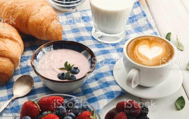 歐式早餐與牛角麵包和漿果在格子 C 照片檔及更多 乳酪 照片