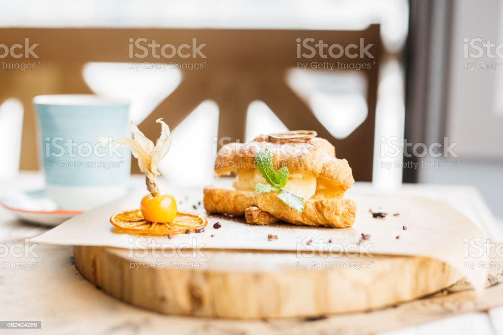 Continental breakfast with croissants, orange juice and coffee or tea photo libre de droits
