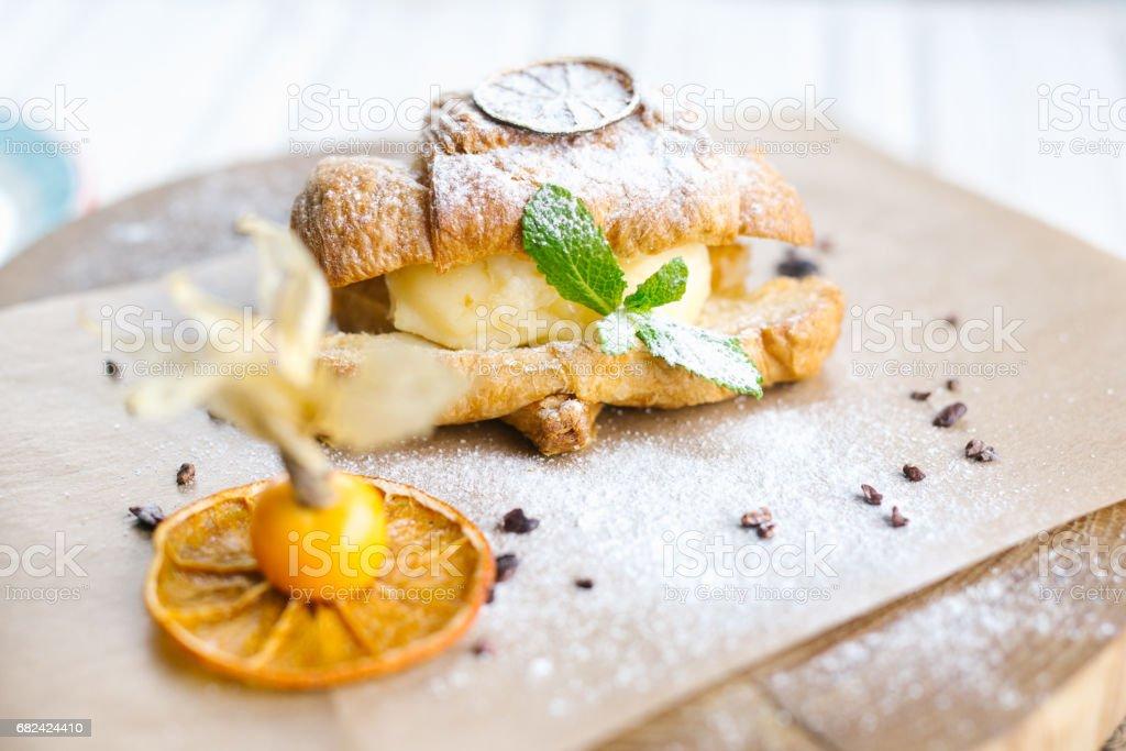 Kontinentales Frühstück mit Croissants, Orangensaft und Kaffee oder Tee Lizenzfreies stock-foto