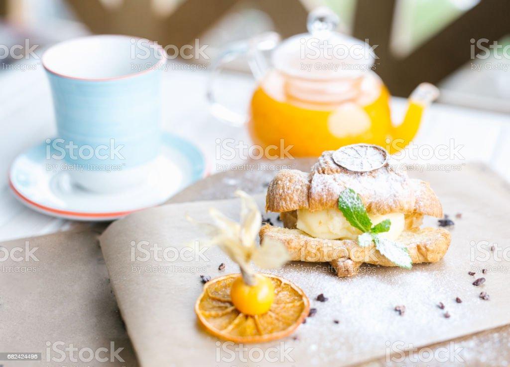 歐式早餐配牛角麵包、橙汁、咖啡或茶 免版稅 stock photo