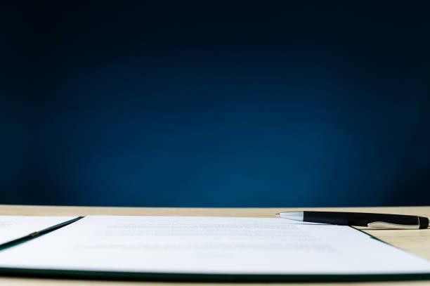 Vertrag im Ordner ein Stift auf Büroschreibtisch liegen – Foto