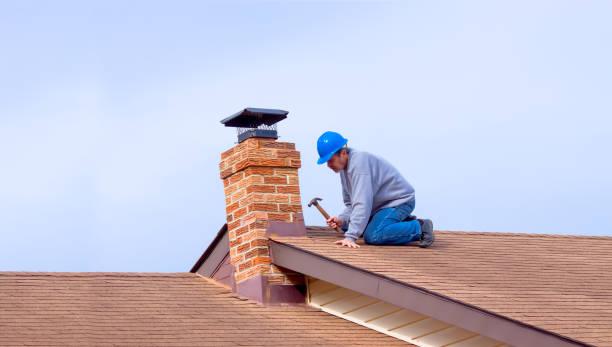 承包商建設者與藍色的安全帽維修屋頂 - 屋頂 個照片及圖片檔