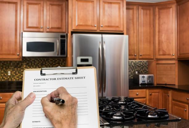 auftragnehmer füllt schätzung für die moderne küche - männer zitate stock-fotos und bilder