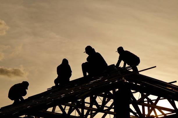 Auftragnehmer Arbeiten Sie in Form auf dem Dach – Foto