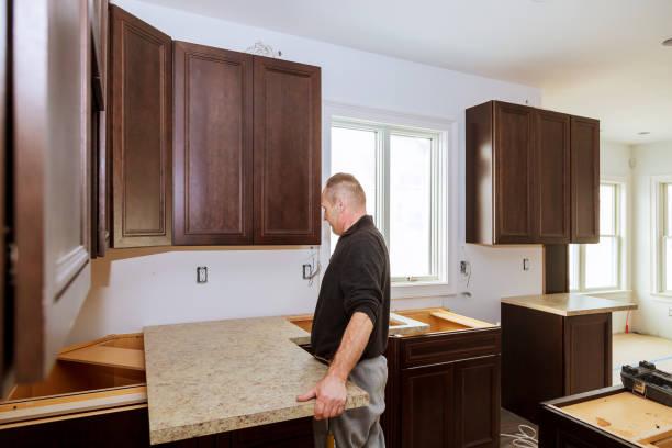 auftragnehmer, die installation einer neuen laminat küche zähler nach oben - laminatschränke stock-fotos und bilder