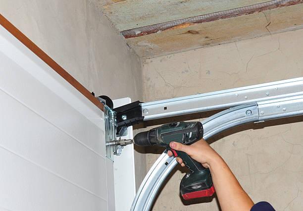 Contractor Installing Garage Door. foto