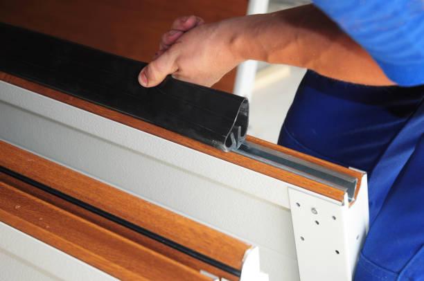 Aannemer installeren garagedeur waterdichtheid garage deur afdichting. Vervangen Garage deur afdichting. foto