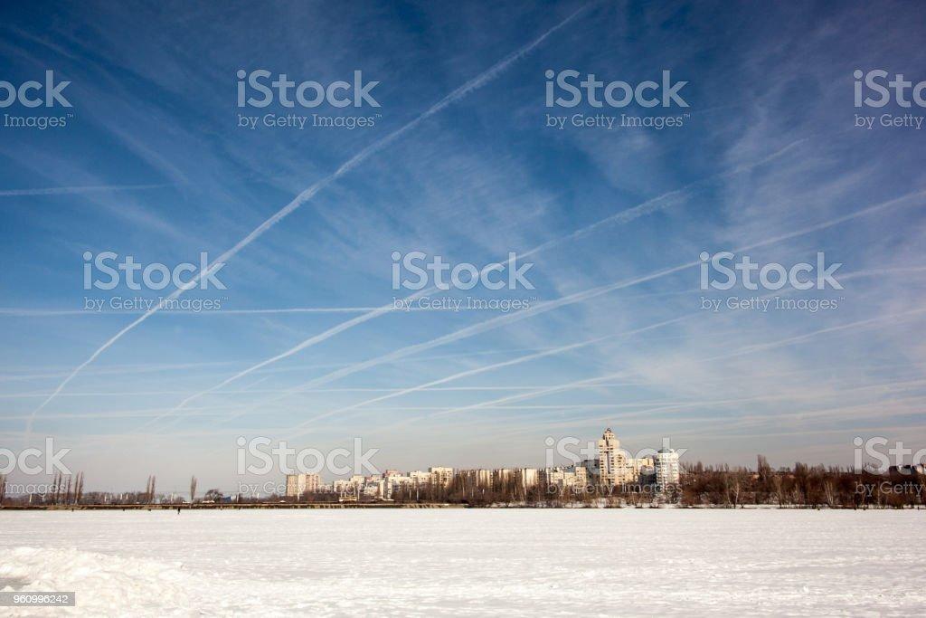 Kondensstreifen von Flugzeugen im Winter. - Lizenzfrei Blau Stock-Foto