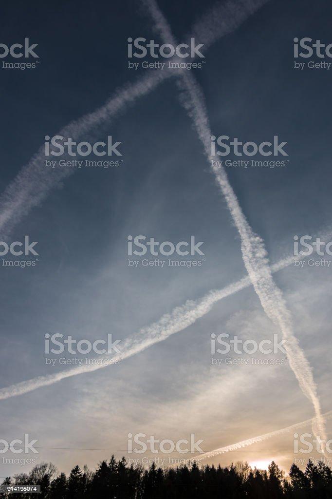 Contrails in den blauen Himmel – Foto