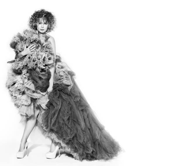 kontrast schwarz / weiß bild der junge schöne frau im grauen kleid auf weißem hintergrund mit freiem speicherplatz - hochzeitskleid in schwarz stock-fotos und bilder