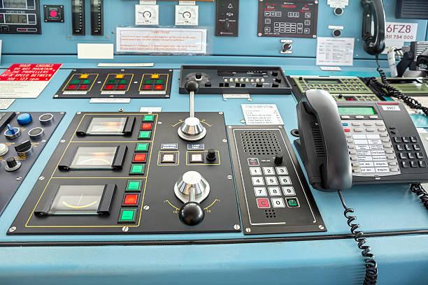 kontrolle von einem großen schiff - steuerungstechnik stock-fotos und bilder