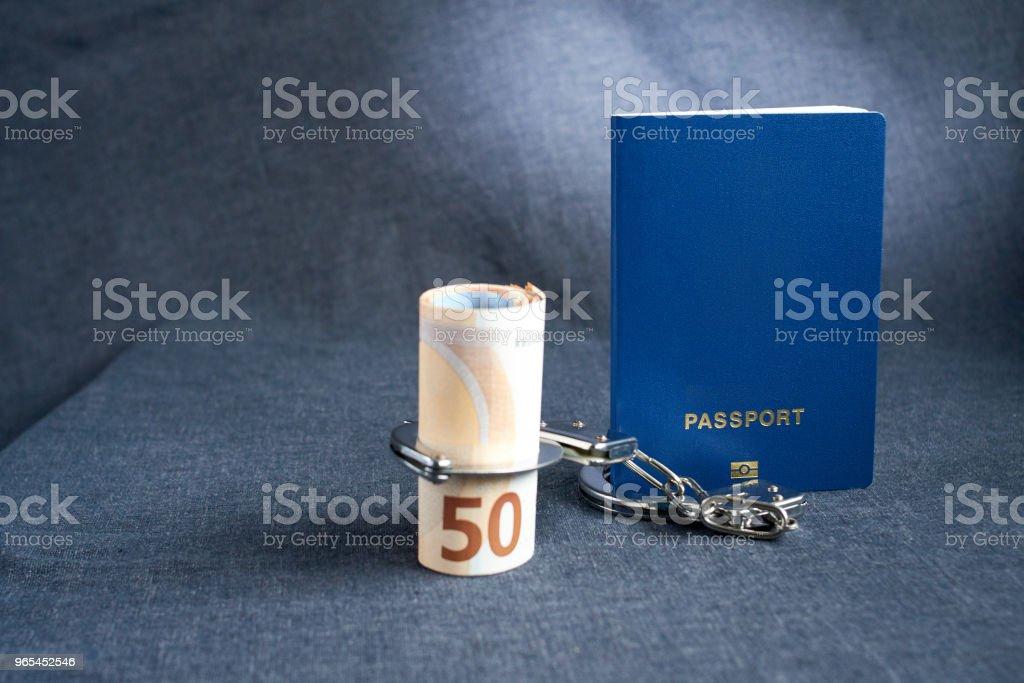 控制人類。護照用手銬綁在錢上 - 免版稅人圖庫照片