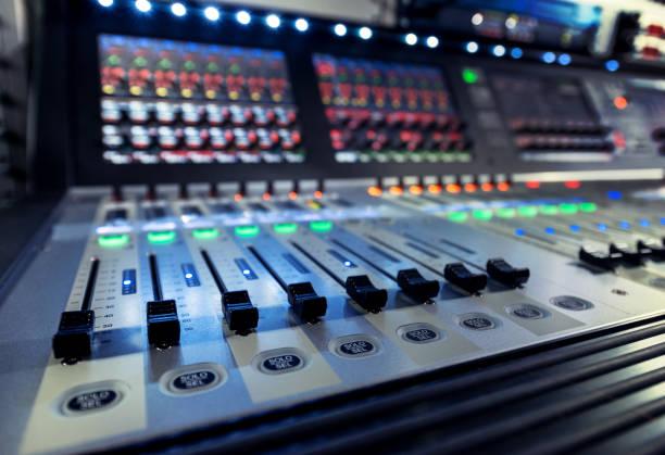 テレビ スタジオのミキサーとサウンド エンジニアのコントロール パネル ストックフォト