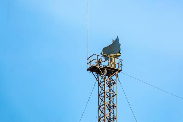 kontrollturm mit radar antenne und navigation ausrüstung gegen den blauen himmel - versandrolle stock-fotos und bilder
