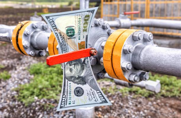 Steuerventil für Rohöl und amerikanische Dollar-Banknote – Foto