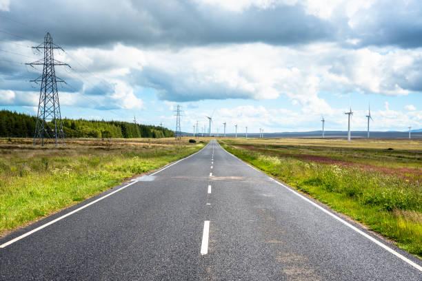 Contry Road zu einem Windpark in Schottland – Foto