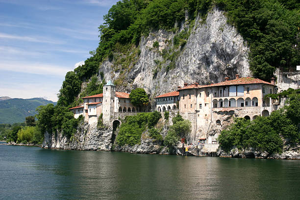 kloster santa caterina del sasso (lago maggiore, italien - andreas weber stock-fotos und bilder