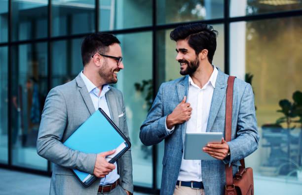 Gespräche über Projekte. Geschäftsleute vor dem Unternehmen. Business, Lifestyle-Konzept – Foto