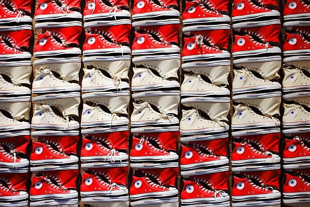 converse all star chuck taylor-sneakers - converse taylor stock-fotos und bilder