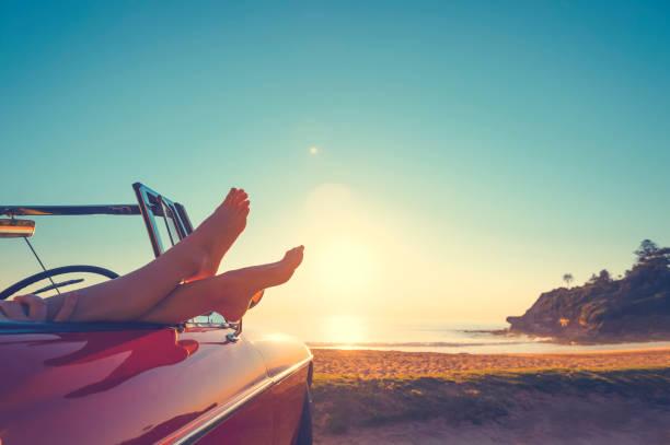 Cabrio mit Womans Füßen hängen – Foto