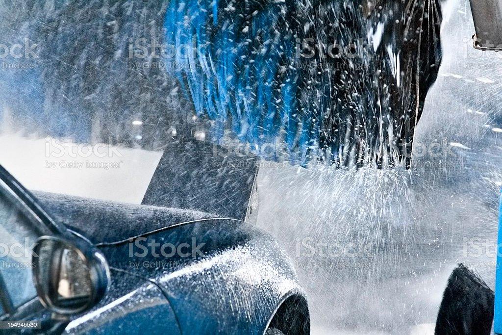 Blue Cabrio atravesando lavado del automóvil - foto de stock