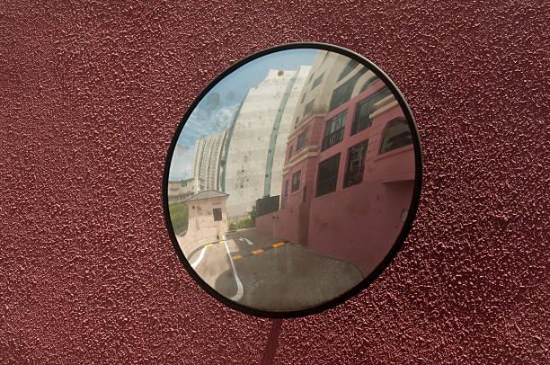 convexe concave miroir sur le tour pour les conducteurs - convexe photos et images de collection