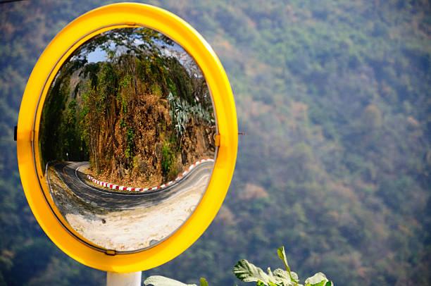 miroir convexe reflétant la route de la courbe sur la montagne - convexe photos et images de collection