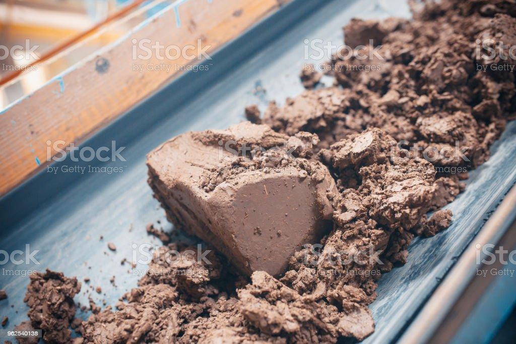 Linha do transporte para a telha cerâmica na fábrica de pesados. Fábrica para produção de telhas cerâmicas. - Foto de stock de Azulejo royalty-free