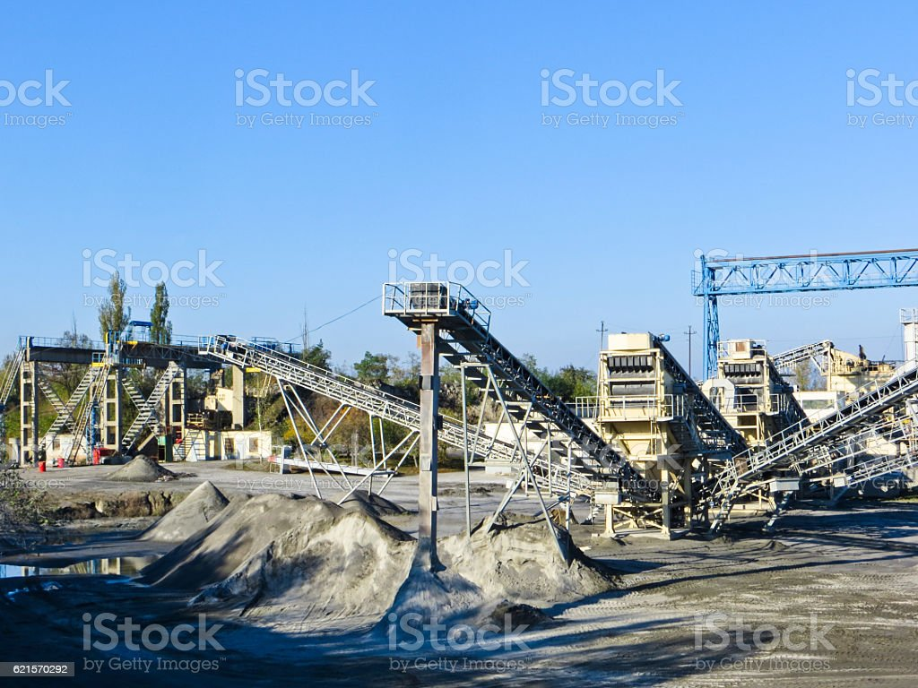 Conveyor and mining equipment in a granite quarry photo libre de droits
