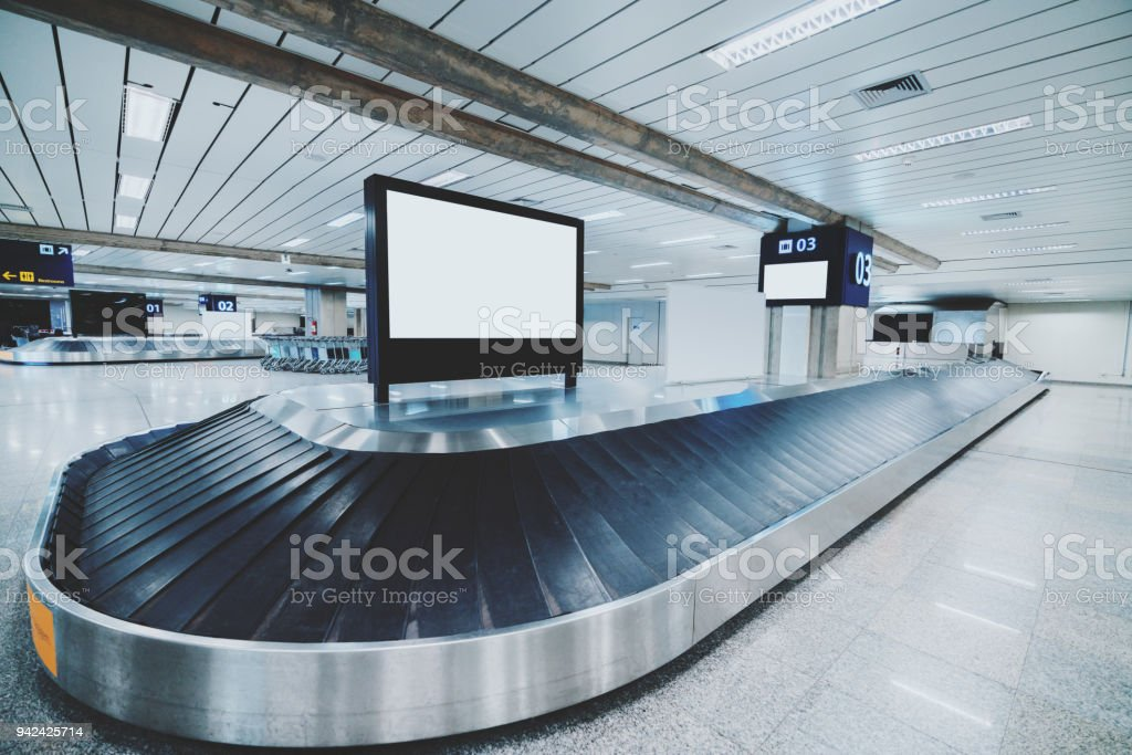 Förderband mit Bildschirm-Mock-up drauf, Flughafen-terminal – Foto