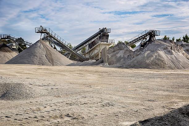 conveyor machine in stone quarry - steengroeve stockfoto's en -beelden
