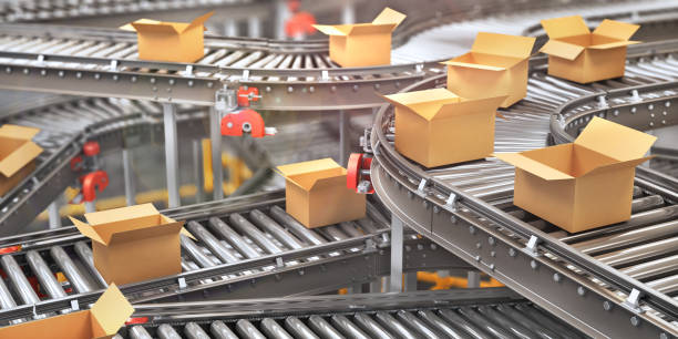 conveyors with cardboard boxes on white background. 3d illustration - metal robot in logistic factory foto e immagini stock