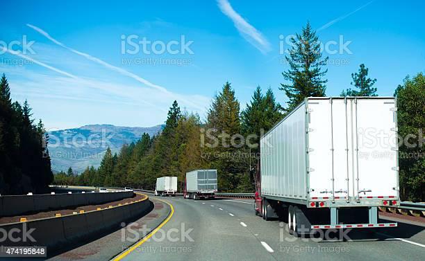 部隊半トラックドライバンの予告編曲がりくねった道路 - 2015年のストックフォトや画像を多数ご用意