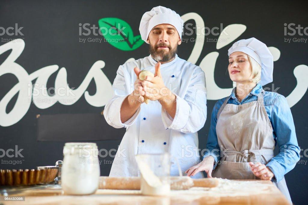 Cozinheiro e chef trabalhando com massa - Foto de stock de Adulto royalty-free
