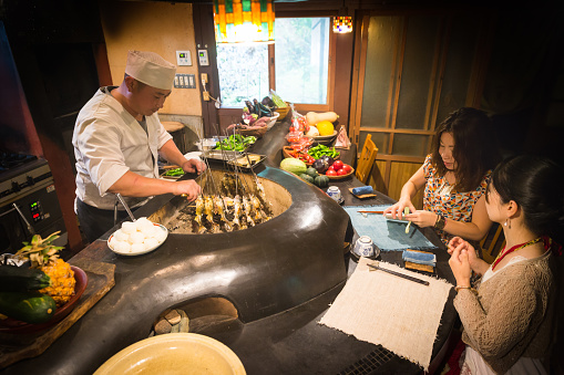 Cook And The Traditional Japanese Kitchen And Japanese Sister 照片檔及更多住宅廚房照片 Istock