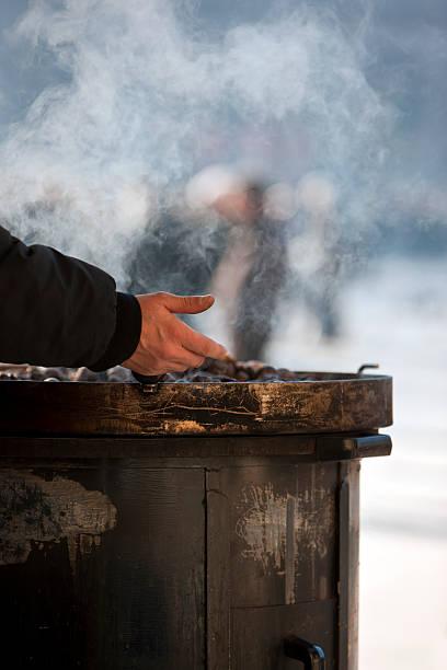 cook kastanien. farbe - heisse maroni stock-fotos und bilder
