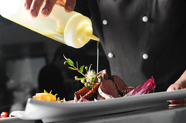 cook dekorieren ein gericht - italienische küchen dekor stock-fotos und bilder