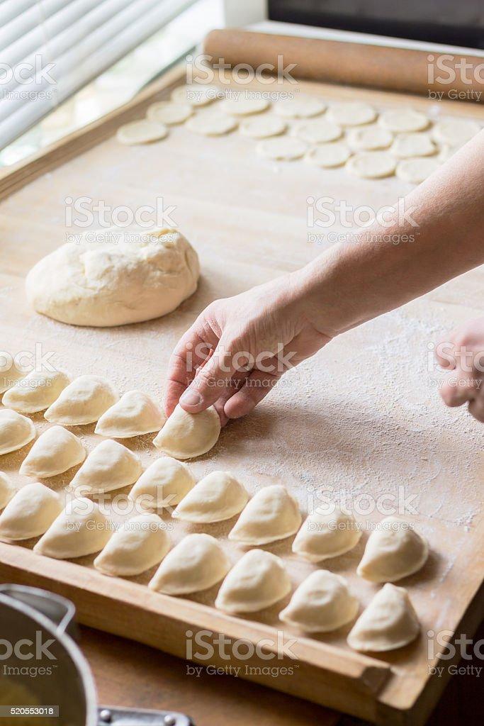 Koch bereitet Knödel – Foto